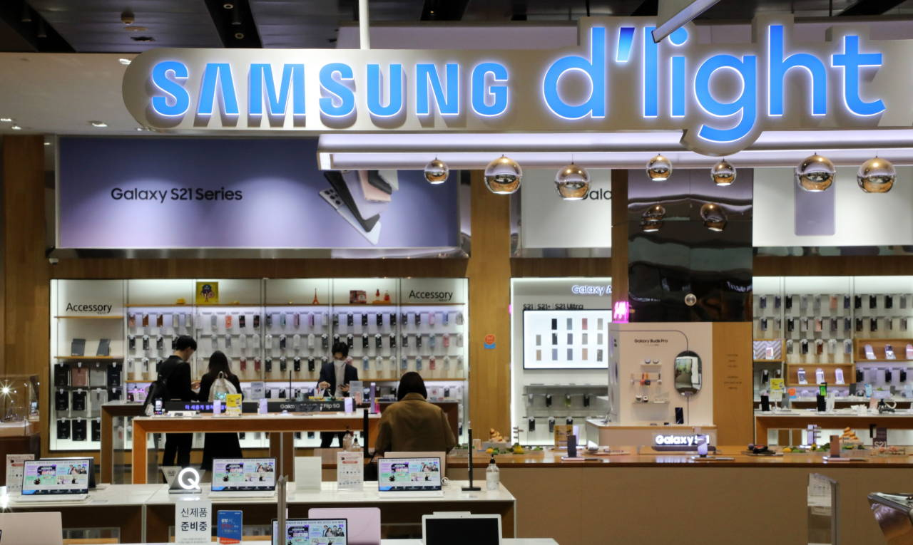 This file photo taken on April 29, 2021, shows Samsung Electronics Co.'s mobile shop in Seoul. (Yonhap)