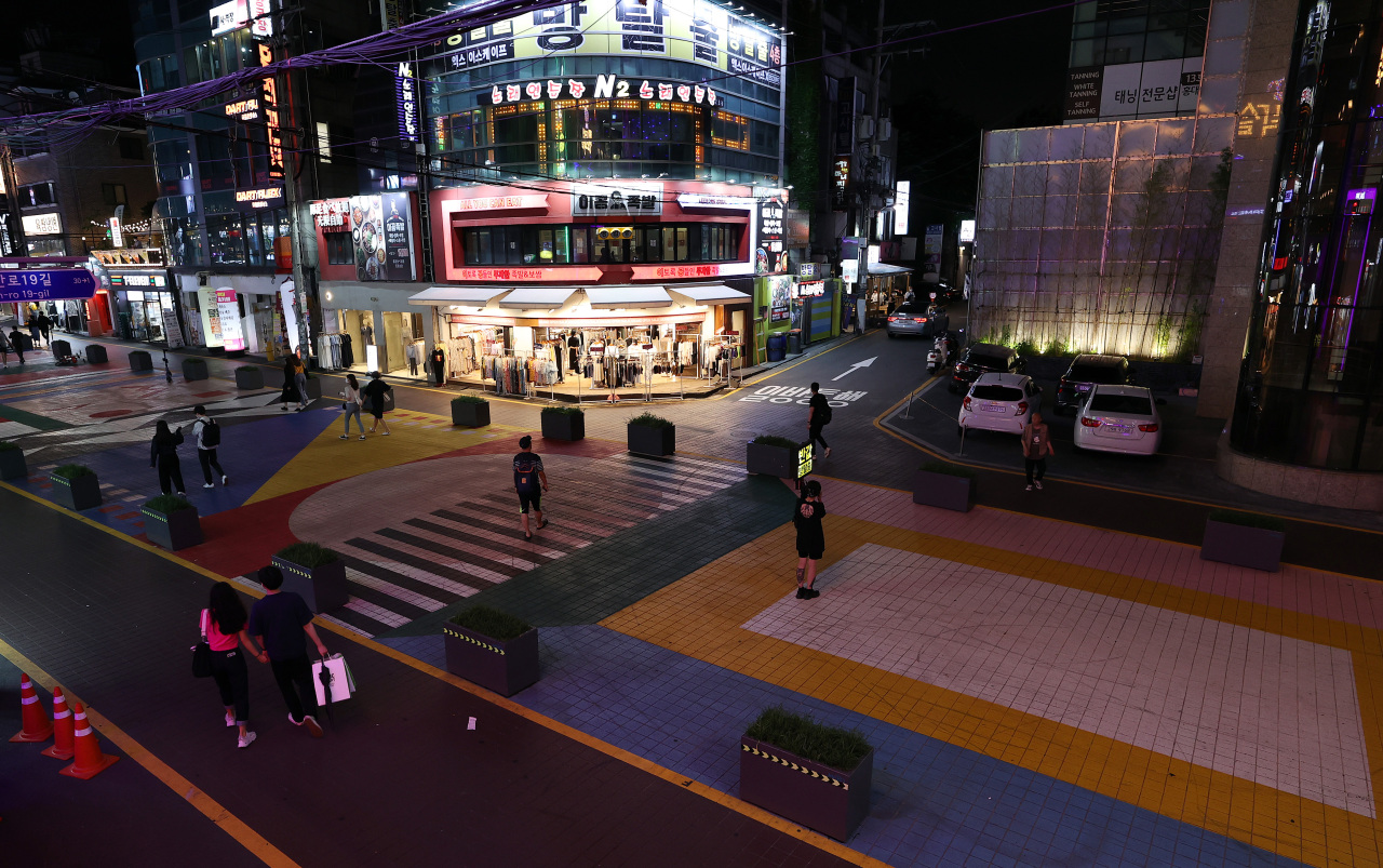 A street in Hongdae, a typically busy Seoul neighborhood known for its nightlife, appears empty on Thursday evening. (Yonhap)