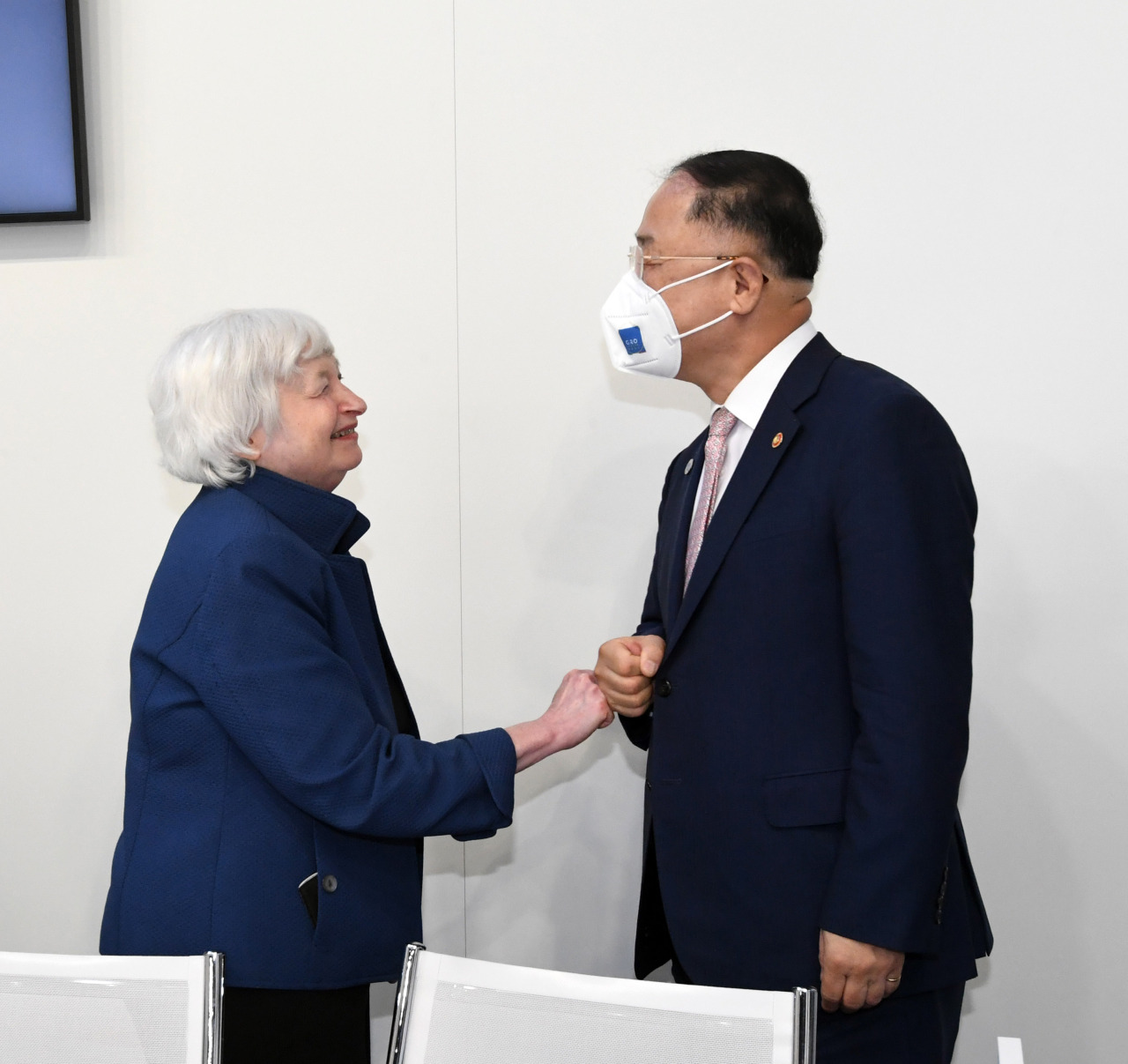 South Korean Finance Minister Hong Nam-ki (right)and Treasury Secretary Janet Yellen greet with a fist bump ahead of their talks in Venice, Italy, on the sidelines of the Group of 20 meeting of top finance and economic officials on Friday. (Yonhap)