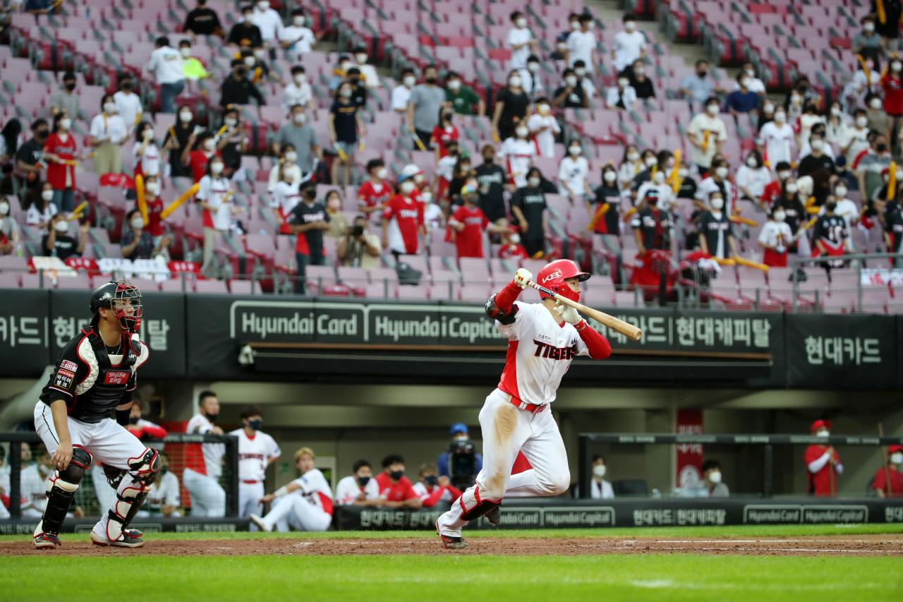 Fans attend a Korea Baseball Organization regular season game between the home team Kia Tigers and the KT Wiz at Gwangju-Kia Champions Field in Gwangju, 330 kilometers south of Seoul, on Friday. (Yonhap)