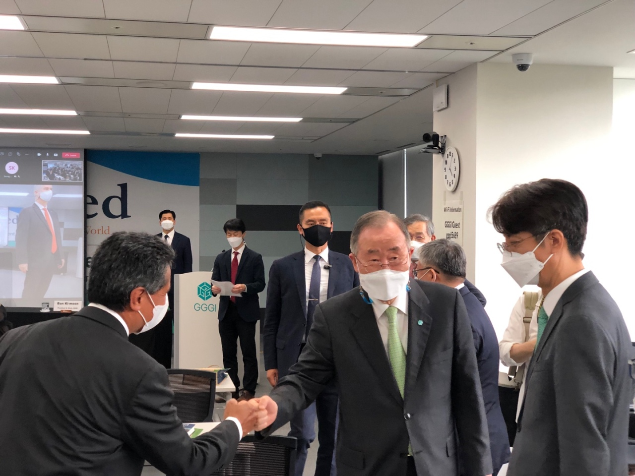 Ban Ki-moon fist-bumps attendees at his book launch ceremony at the GGGI headquarters in central Seoul on Thursday. (Sanjay Kumar/The Korea Herald)