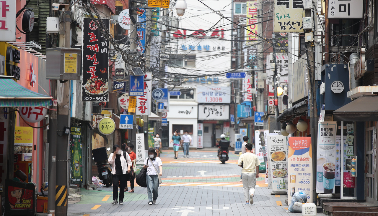 A street in central Seoul is nearly empty on Sunday, a day before South Korea plans to adopt the toughest Level 4 social distancing in the capital area. (Yonhap)