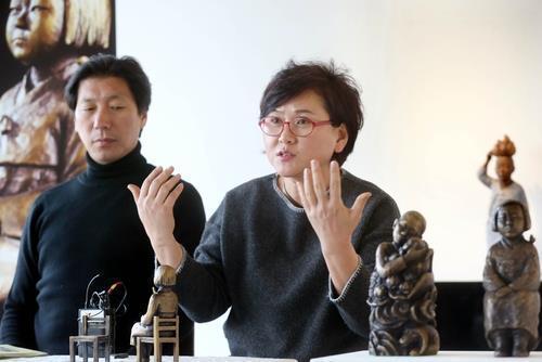 This file photo shows sculptors Kim Eun-sung (L) and Kim Seo-kyung. (Yonhap)