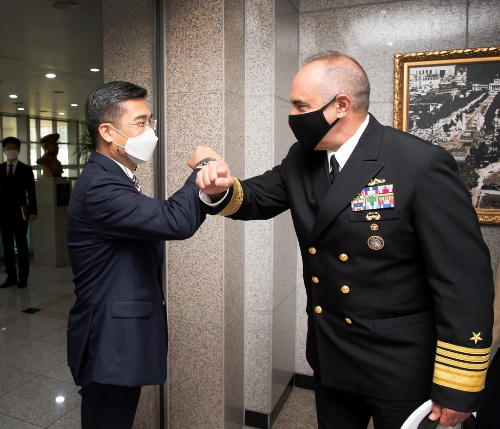 Defense Minister Suh Wook (L) greets Adm. Charles Richard, commander of the US Strategic Command, in Seoul on Wednesday, in this photo provided by the defense ministry. (Defense Ministry)