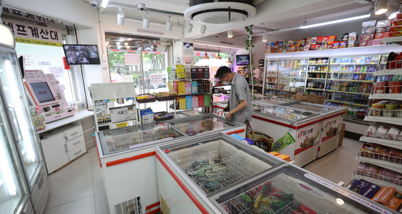 A customer looks at items at an unmanned convenience store in Seoul on Tuesday. (Yonhap)
