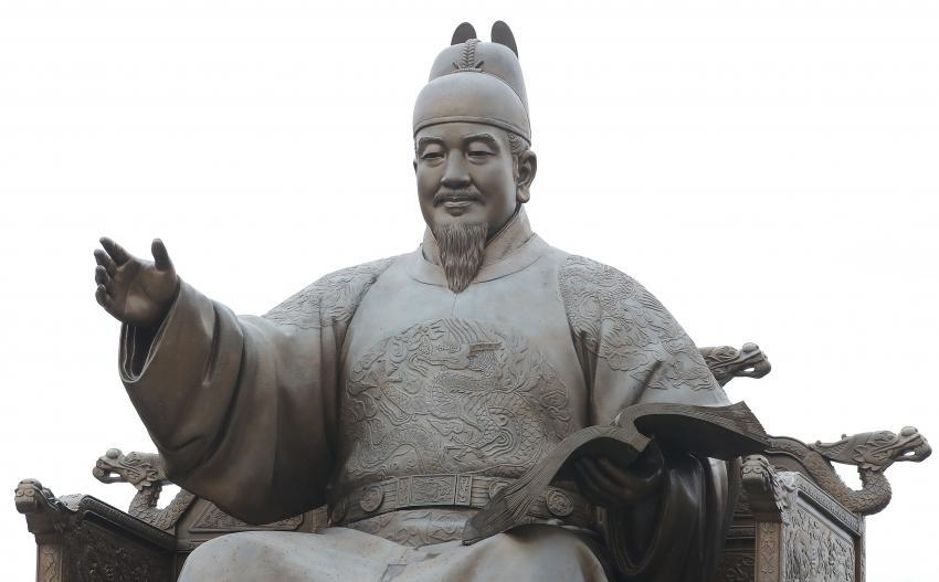 This May 15, 2020, file photo shows a statue of King Sejong of the Joseon Dynasty (1392-1910), the inventor of the Korean alphabet, in Gwanghwamun Square in central Seoul. (Yonhap)