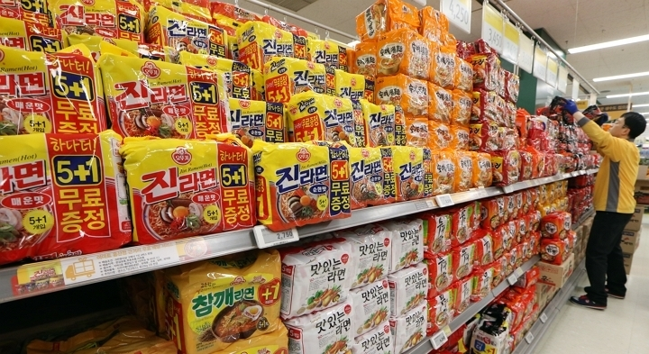 Instant noodles are displayed at a supermarket in Seoul. (Yonhap)