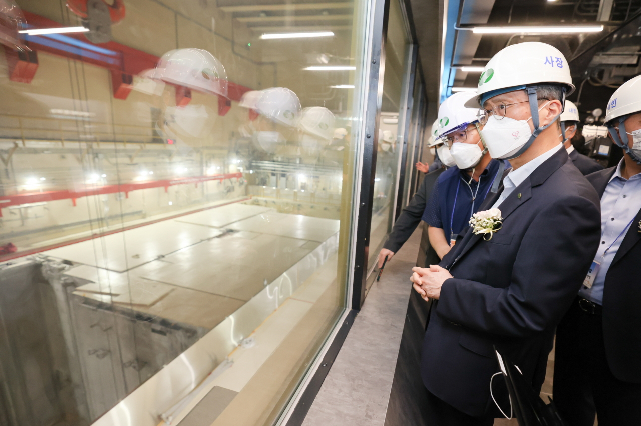 KHNP President and CEO Chung Jae-hoon and other staffers check a nuclear reactor facility on Wednesday. (Yonhap)