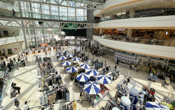 Few customers are seen in a major shopping mall in Seoul on Sunday, as the capital city is under the highest social distancing rules in response to the virus resurgence. (Yonhap)