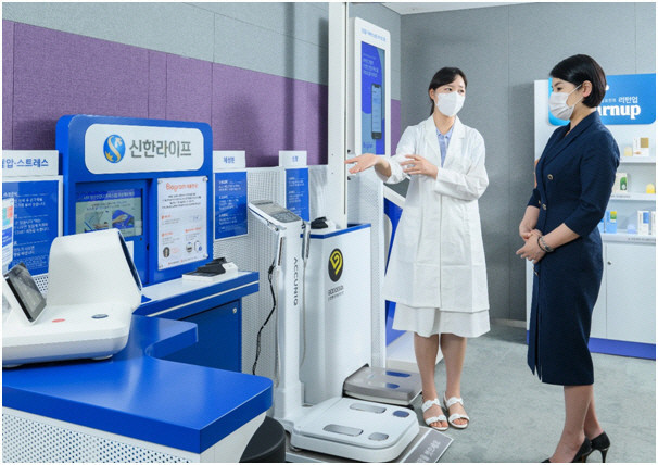 A patient listens to instructions from a nurse at a health check-up kiosk set up by Shinhan Life in Gangnam, Seoul. (Shinhan Life)