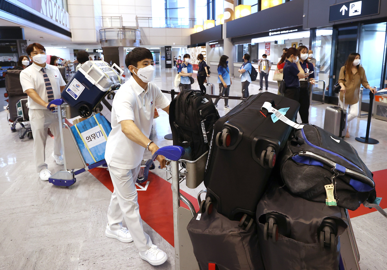 South Korean artistic gymnast Yang Hak-seon carries his bags at Narita International Airport in Narita, Japan, after arriving for the Tokyo Olympics on Monday. (Yonhap)