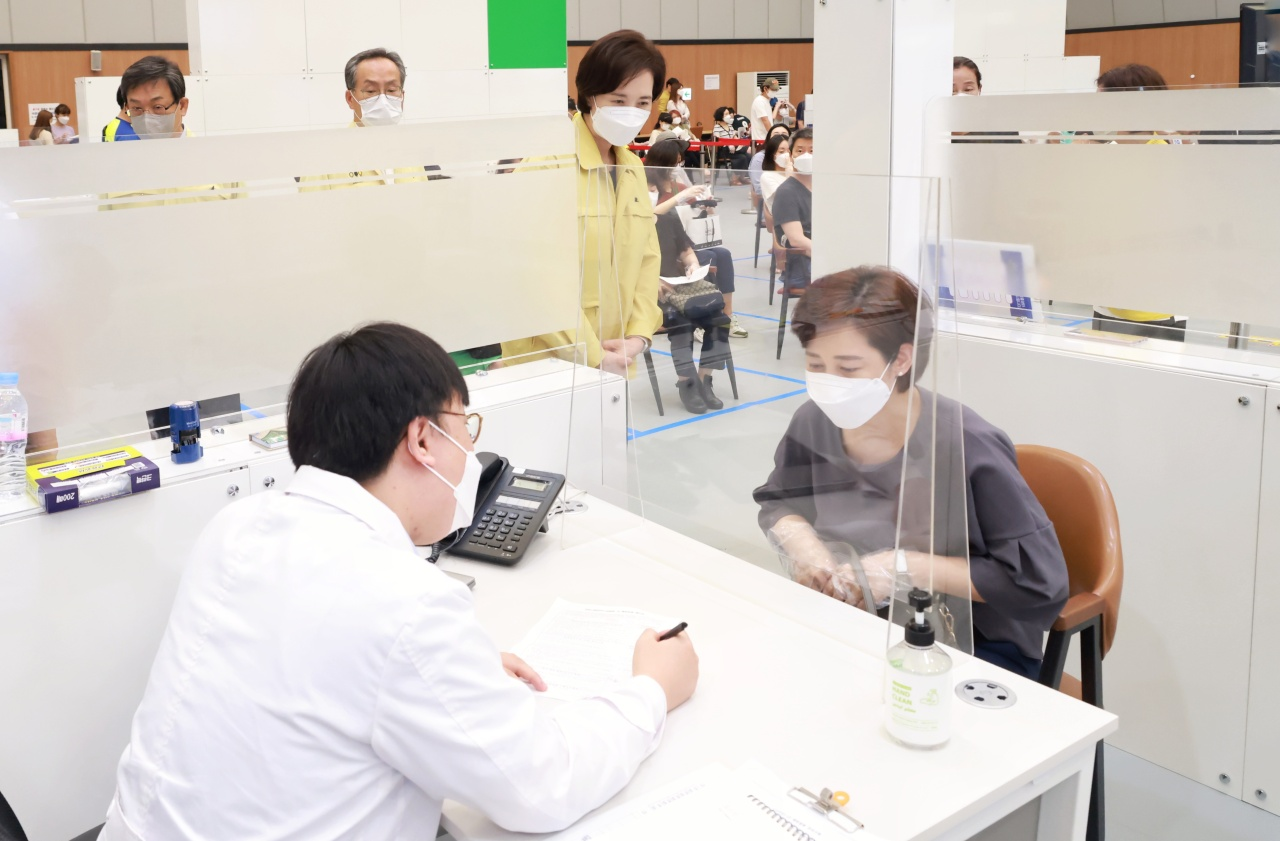 Minister of Education Yoo Eun-hae (back center) visits a vaccination clinic in Gangnam, southern Seoul, on Friday. (Yonhap)
