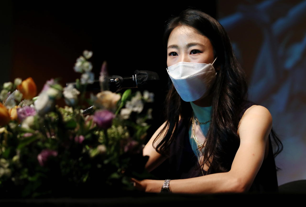 South Korean dancer Park Sae-eun of the Paris Opera Ballet speaks at a press conference in Seoul on Monday. (Yonhap)