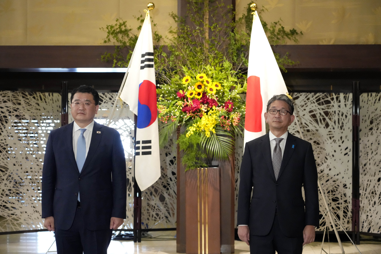 South Korean First Vice Foreign Minister Choi Jong-kun, left, and Japanese Foreign Vice-Minister Takeo Mori pose for photographs prior to their bilateral meeting at the Iikura Guesthouse in Tokyo Tuesday.(AP-Yonhap)