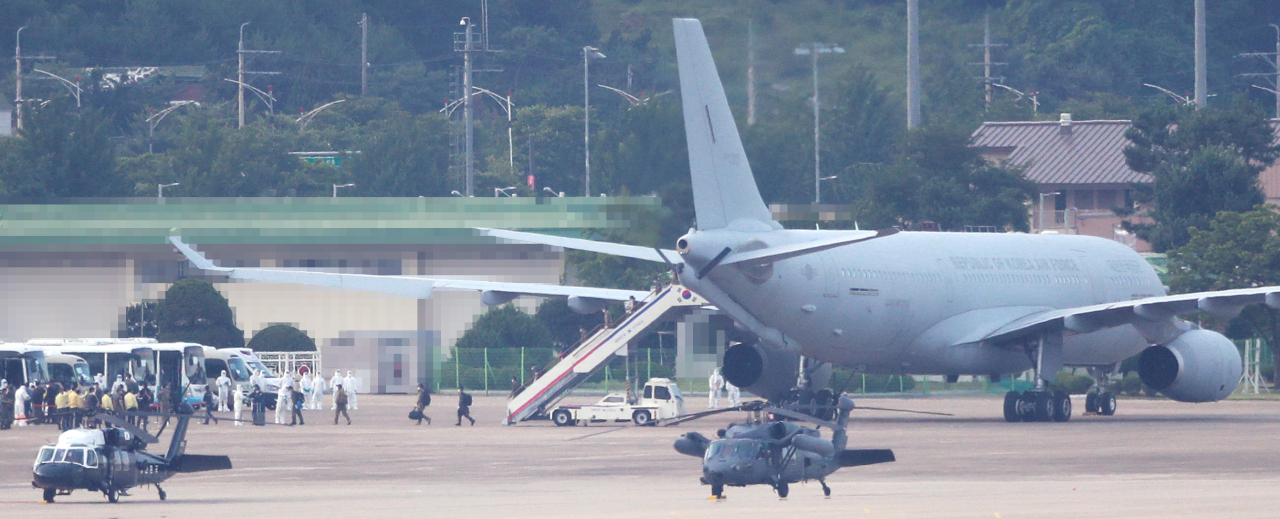 A KC-330 multirole aerial tanker arrives at an air base in Seongnam, south of Seoul, on Tuesday, carrying members of the anti-piracy Cheonghae unit, where hundreds of sailors tested positive for the new coronavirus. (Yonhap)