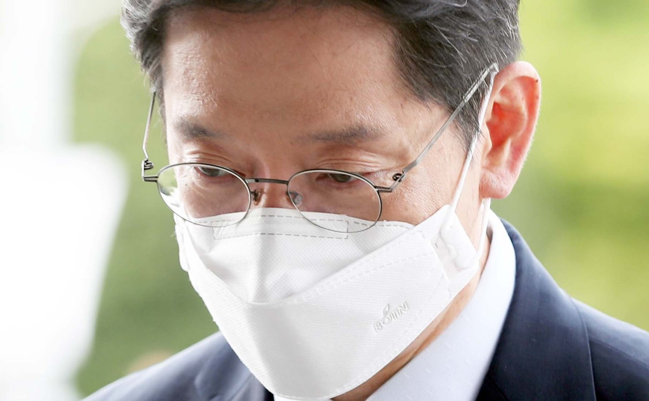 South Gyeongsang Province Gov. Kim Kyoung-soo heads to his office in Changwon, South Korea, on Wednesday. (Yonhap)