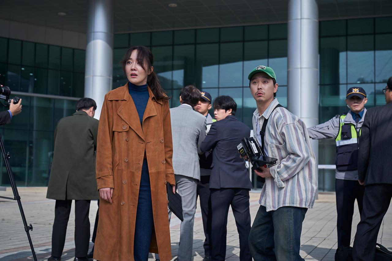 """Uhm Ji-won plays reporter Im Jin-hee in """"The Cursed: Dead Man's Prey."""" (CJ ENM)"""