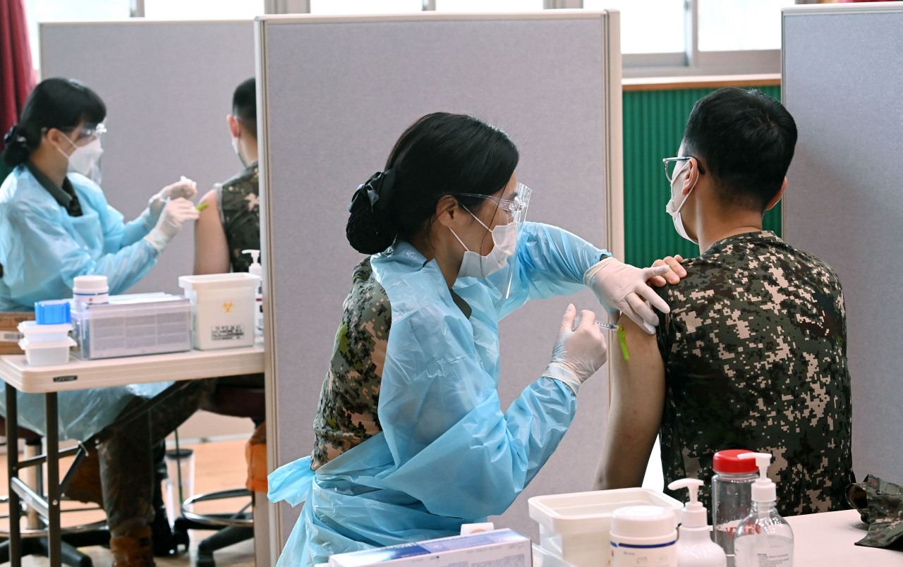 Service members receive COVID-19 vaccines in Goyang, Gyeonggi Province, on June 24, 2021, in this file photo. (Yonhap)