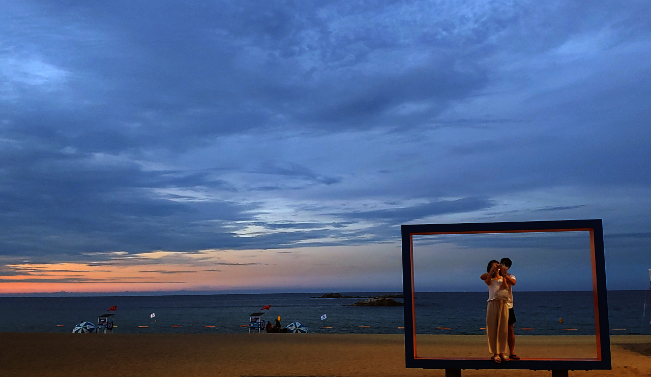 Typically crowded beach in Gangneung, Gangwon Province, is quiet on a Monday evening. (Yonhap)