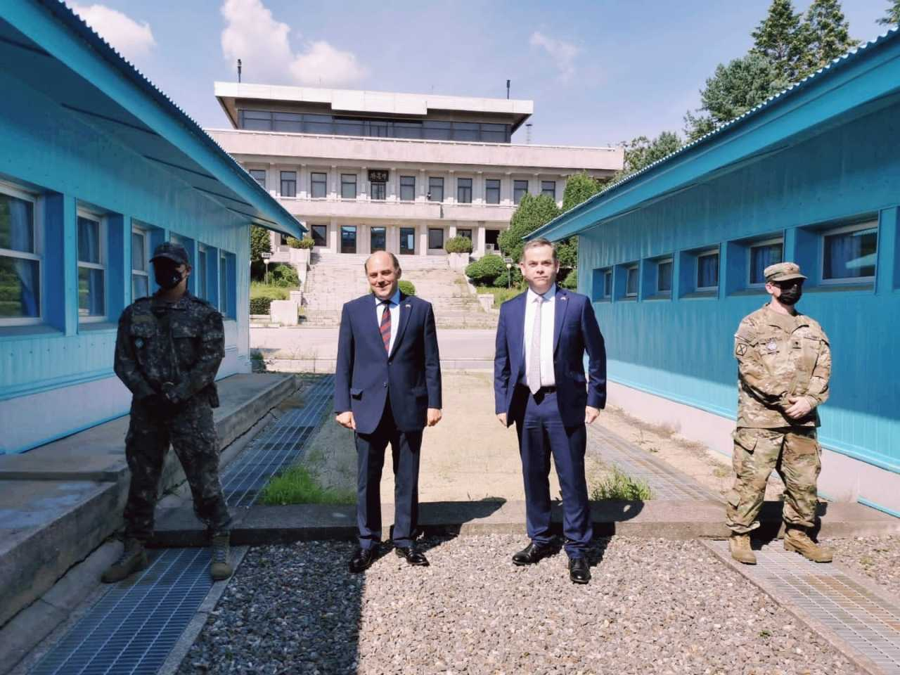 British Defense Secretary Ben Wallace (second from left) poses for a photo during a visit to the truce village of Panmunjom in the inter-Korean border on Wednesday, in this photo posted by the British Embassy in Seoul on its Twitter account. (Yonhap)