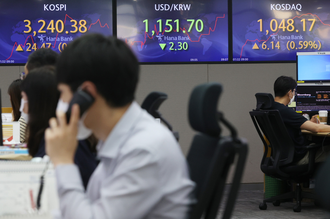 The benchmark Korea Composite Stock Price Index (Kospi) figures are displayed at a dealing room of a local bank in Seoul, Thursday. (Yonhap)
