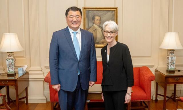 First Vice Foreign Minister Choi Jong-kun (L) and US Deputy Secretary of State Wendy Sherman pose for a photo in Washington on June 10, 2021, as they meet for talks in this photo provided by the foreign ministry. (Foreign Ministry)