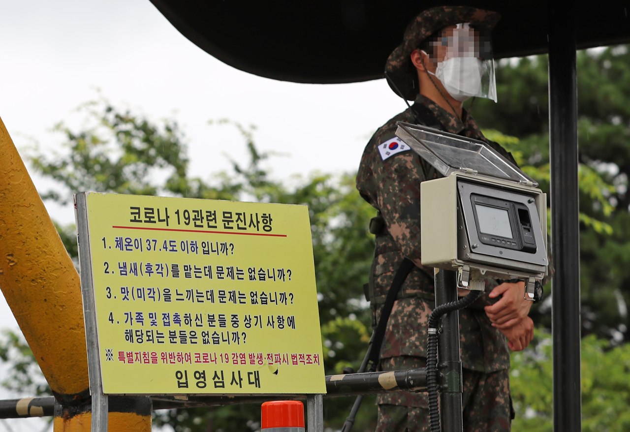 A soldier stands guard at the gate of a boot camp in Nonsan, around 200 kilometers south of Seoul, on July 7, 2021, as 37 conscripts at the camp tested positive for the new coronavirus as of 10 a.m. the same day, in the file photo. (Yonhap)