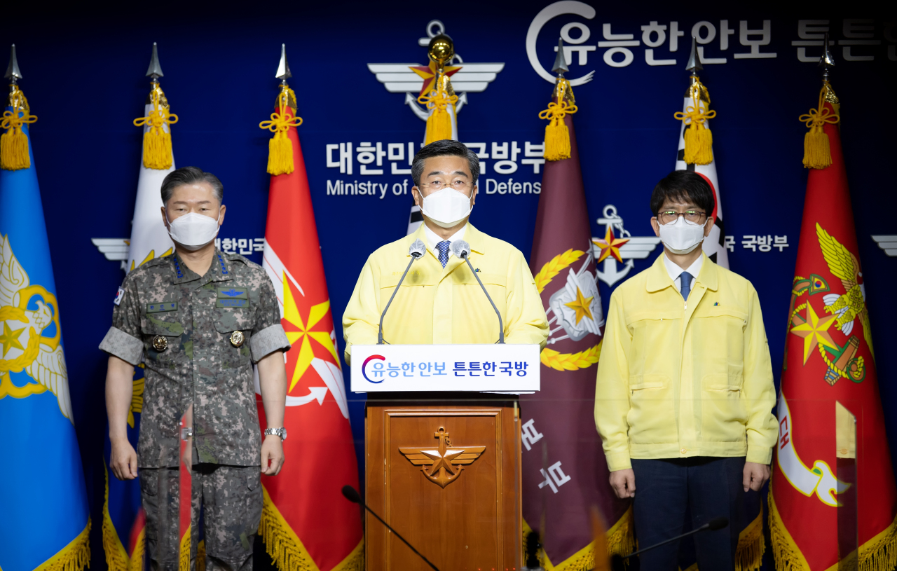 On Tuesday, Defense Minister Suh Wook (center) apologizes for a massive COVID outbreak that forced an anti-piracyunit to return home from Africa. (Yonhap)