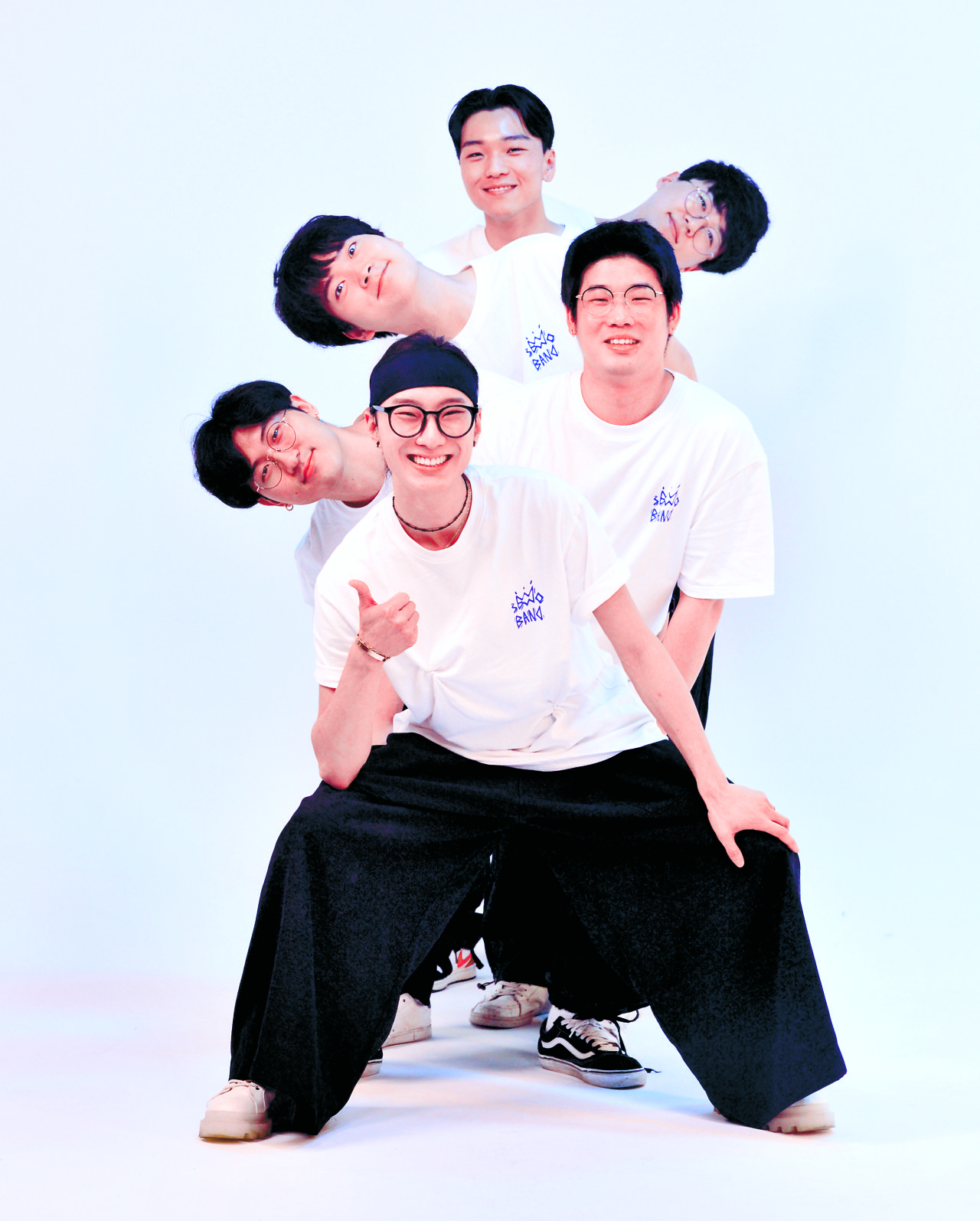 Clockwise from bottom: Seodo Band members vocalist Seo Do, guitarist Yeon Tae-hee, keyboardist Kim Seong-hyun, drummer Yang Jung-hoon, percussionist Park Jin-byeong and bassist Kim Tae-joo pose for photos before an interview at The Korea Herald in Seoul, July 14. Park Hyun-koo/The Korea Herald