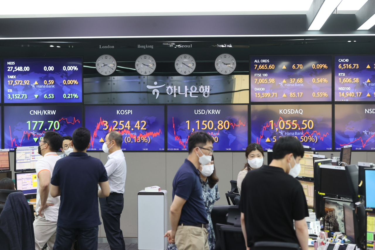 Currency dealers are seen inside a dealing room of Hana Bank headquarters in Seoul, Friday. (Yonhap)