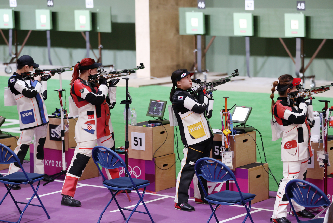South Korean rifle shooter Kwon Eun-ji (third from left) prepares to fire a shot during a10-meter airrifle qualification roundin Tokyo Olympics on Saturday(Yonhap)