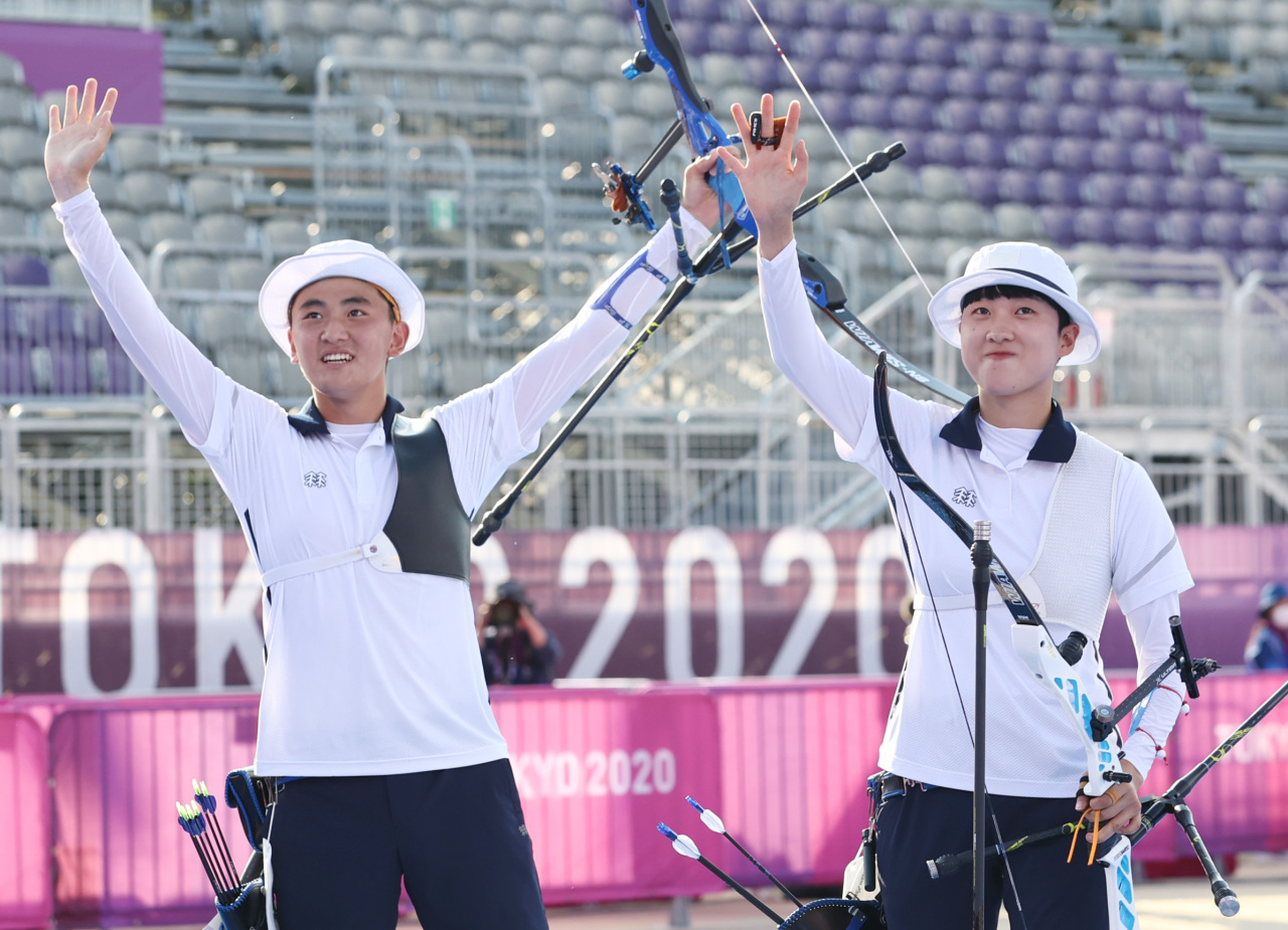 South Korean archers Kim Je-deok (left) and An San celebrate after winning the gold medal in Yumenoshima Park Saturday. (Yonhap)