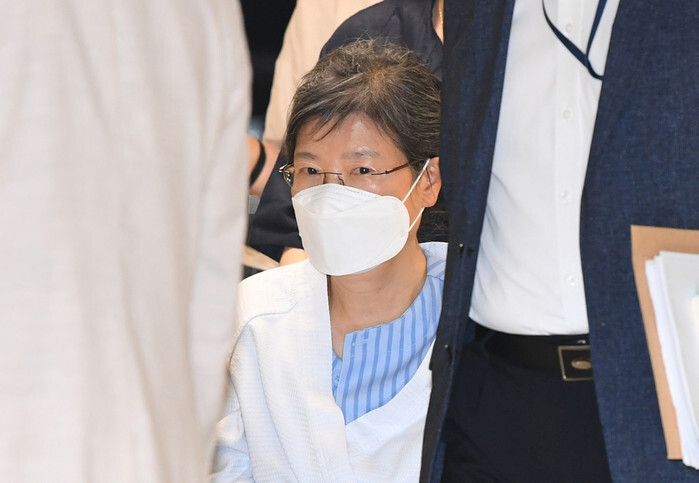 Detained former President Park Geun-hye enters Seoul St. Mary's Hospital in Seoul in a wheelchair on Tuesday, for treatment of a chronic illness. (Yonhap)