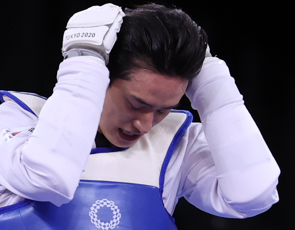 Lee Dae-hoon of South Korea reacts to his loss to Ulugbek Rashitov of Uzbekistan in the round of 16 match in the men's 68kg taekwondo event at the Tokyo Olympics at Makuhari Messe Hall A in Chiba, Japan, on Sunday. (Yonhap)