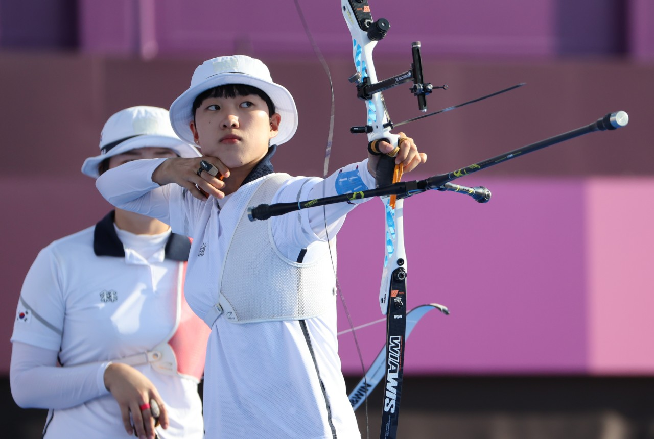 An San of South Korea shoots an arrow during the final of the women's archery team event at the Tokyo Olympics at Yumenoshima Park Archery Field in Tokyo on Sunday. (Yonhap)