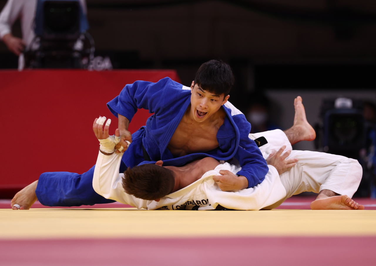 South Korean judoka An Baul defeats Italy's Manuel Lombardo by ippon in the brozen medal match in the Olympic men's 66kg event at Nippon Budokan on Sunday. (Yonhap)