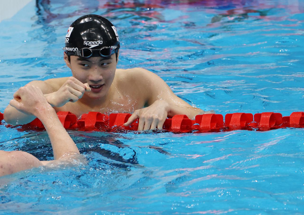 South Korean swimmer Hwang Sun-woo celebrates after he broke national record Sunday. (Yonhap)
