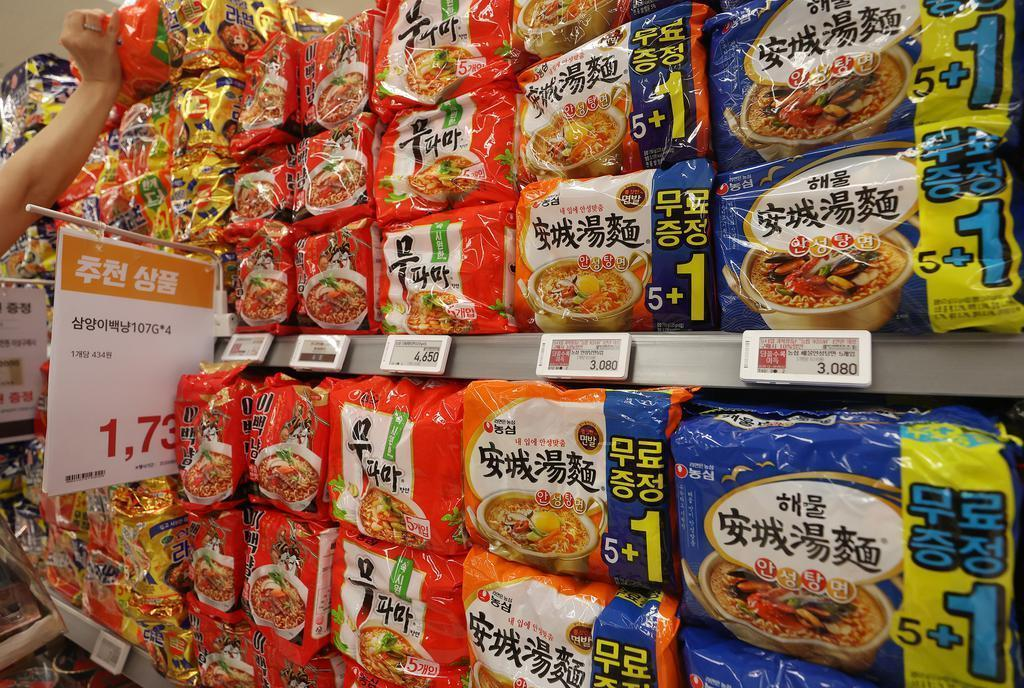 Instant noodle products displayed at a store (Yonhap)