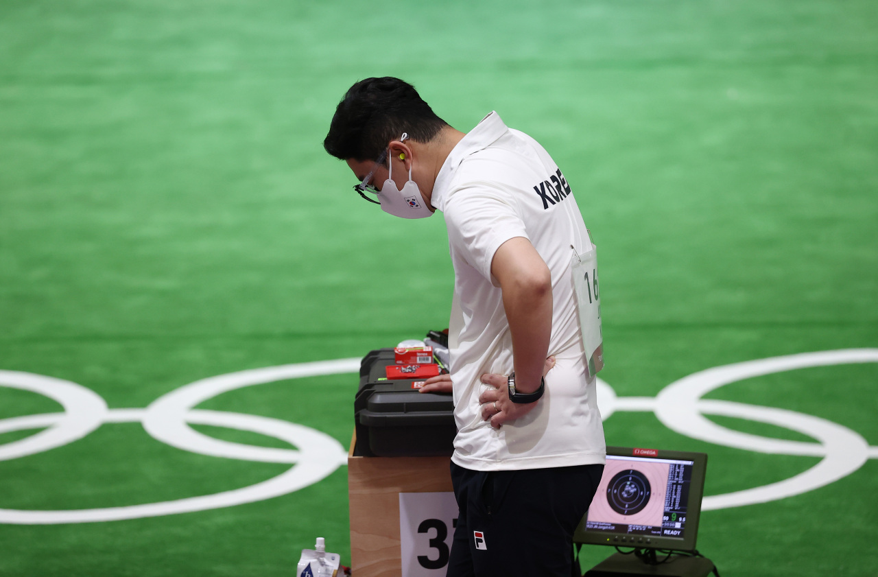 Jin Jong-oh of South Korea takes a moment during the qualification round for the men's 10m air pistol event at the Tokyo Olympics at Asaka Shooting Range in Tokyo on Sunday. (Yonhap)
