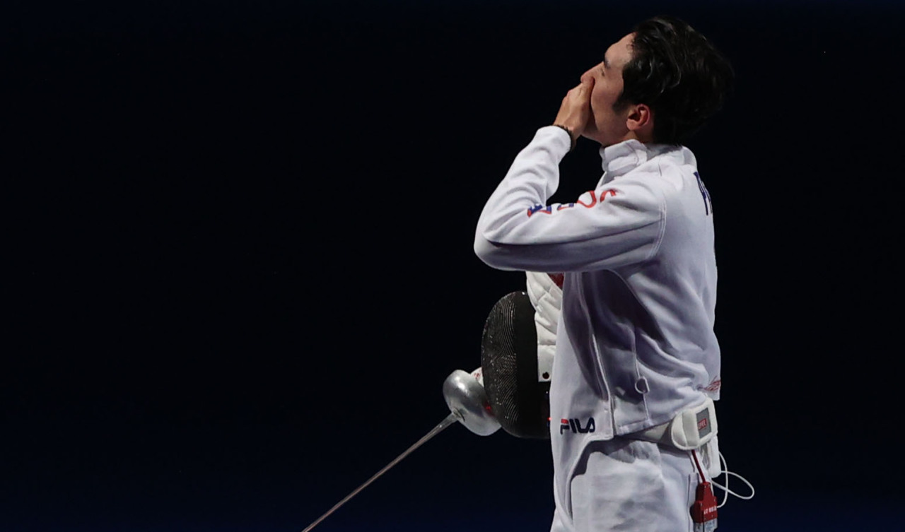 Park Sang-young of South Korea reacts to his loss to Gergely Siklosi of Hungary in the quarterfinals of the men's individual epee fencing event at the Tokyo Olympics at Makuhari Messe Hall B in Chiba, Japan, on Sunday. (Yonhap)