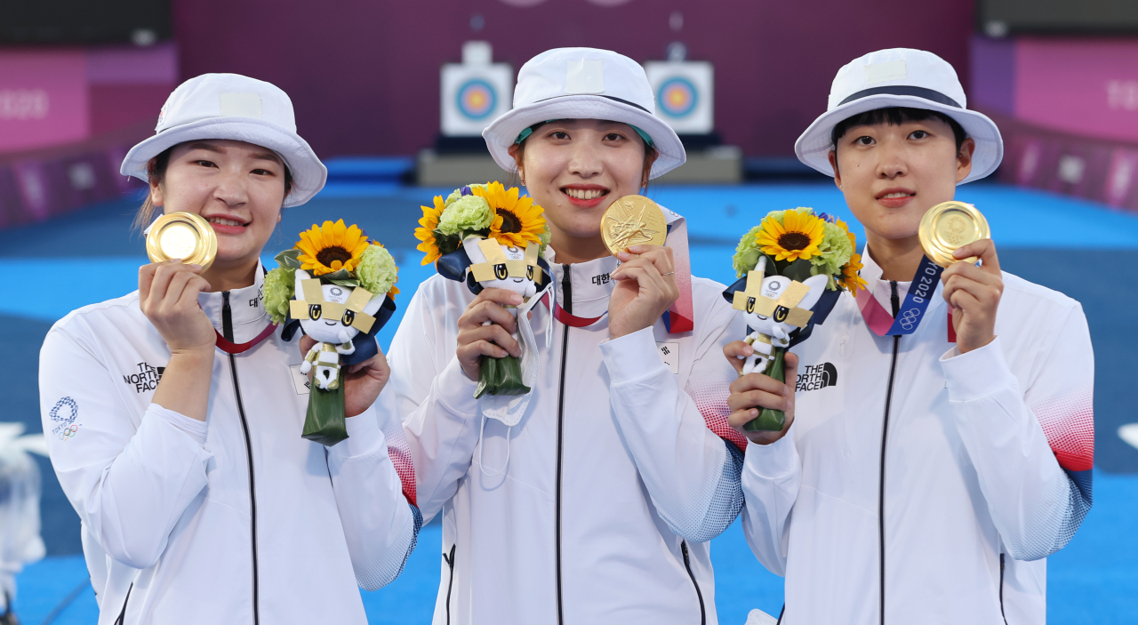 South Korean archers Kang Chae-young, Jang Min-hee and An San (L to R) pose with their gold medals from the women's team event at the Tokyo Olympics at Yumenoshima Park Archery Field in Tokyo on Sunday. (Yonhap)