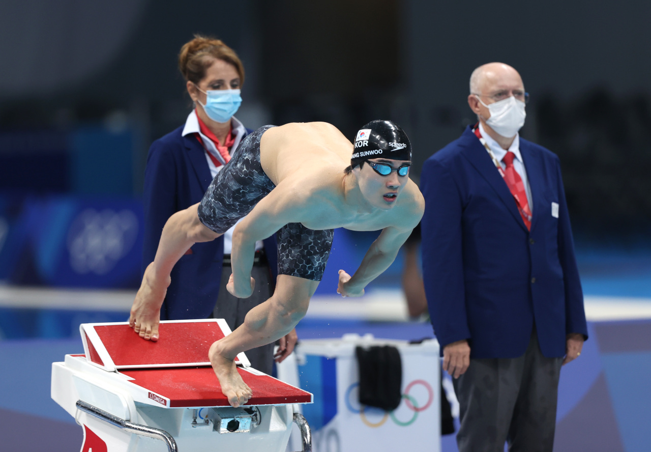 Hwang Sun-woo of South Korea competes in the semifinals for the men's 200m freestyle swimming event at the Tokyo Olympics at Tokyo Aquatics Centre in Tokyo on Monday. (Yonhap)