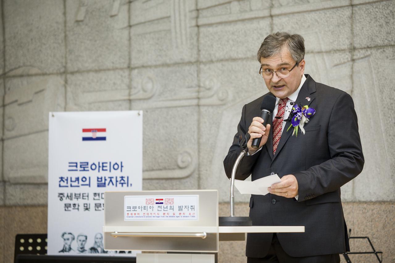 Croatian Ambassador Damir Kusen delivers an opening speech for an exhibit at the National Library of Korea. (National Library of Korea)