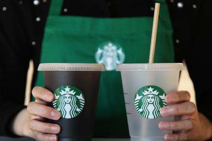 A Starbucks Korea employee holds cups. (Starbucks Korea)