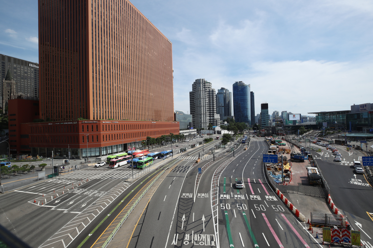 The roads surrounding Seoul station in the city's central district appear relatively empty on Sunday afternoon. (Yonhap)