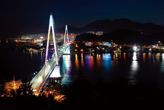 This photo shows a view of Dolsan Bridge in Yeosu, South Jeolla Province. The province posted a population decline for the fifth consecutive year in 2020, with the average age of its residents reaching 47.1 as of June 2021, the oldest among 17 major cities and provinces in South Korea. (Korea Tourism Organization)