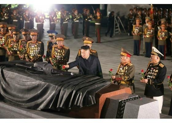 North Korean leader Kim Jong-un (3rd from R) pays respects to fallen soldiers from the 1950-53 Korean War during his visit to the Fatherland Liberation War Martyr's Cemetery in Pyongyang on Tuesday, in this photo captured from the website of the Rodong Sinmun. (Rodong Sinmun)