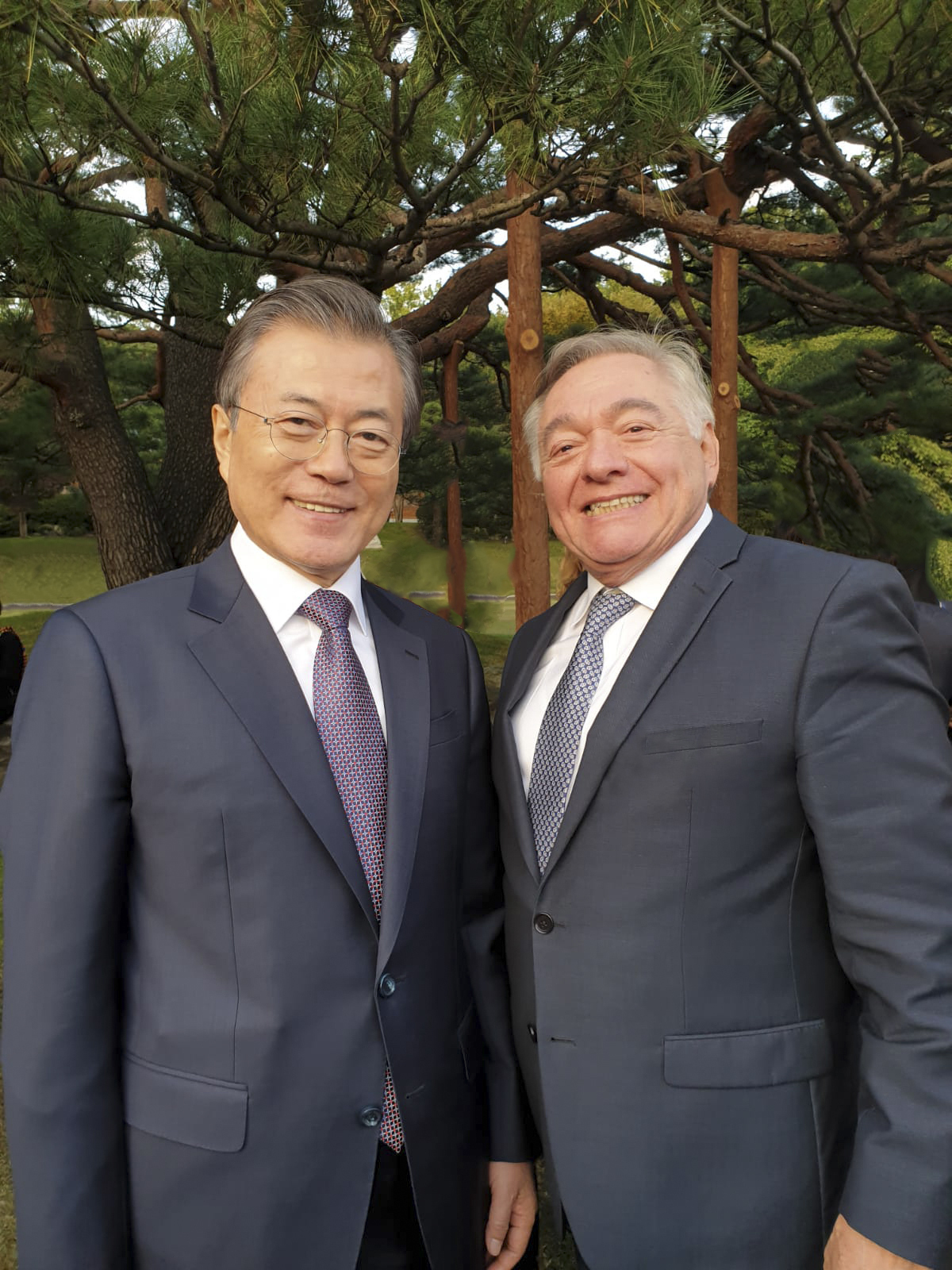 Peruvian ambassador Daul Matute Mejia(right)with President Moon Jae-in at a reception in the gardens of the Blue House for diplomatic corps in 2019.(Peruvian Embassy in Seoul)