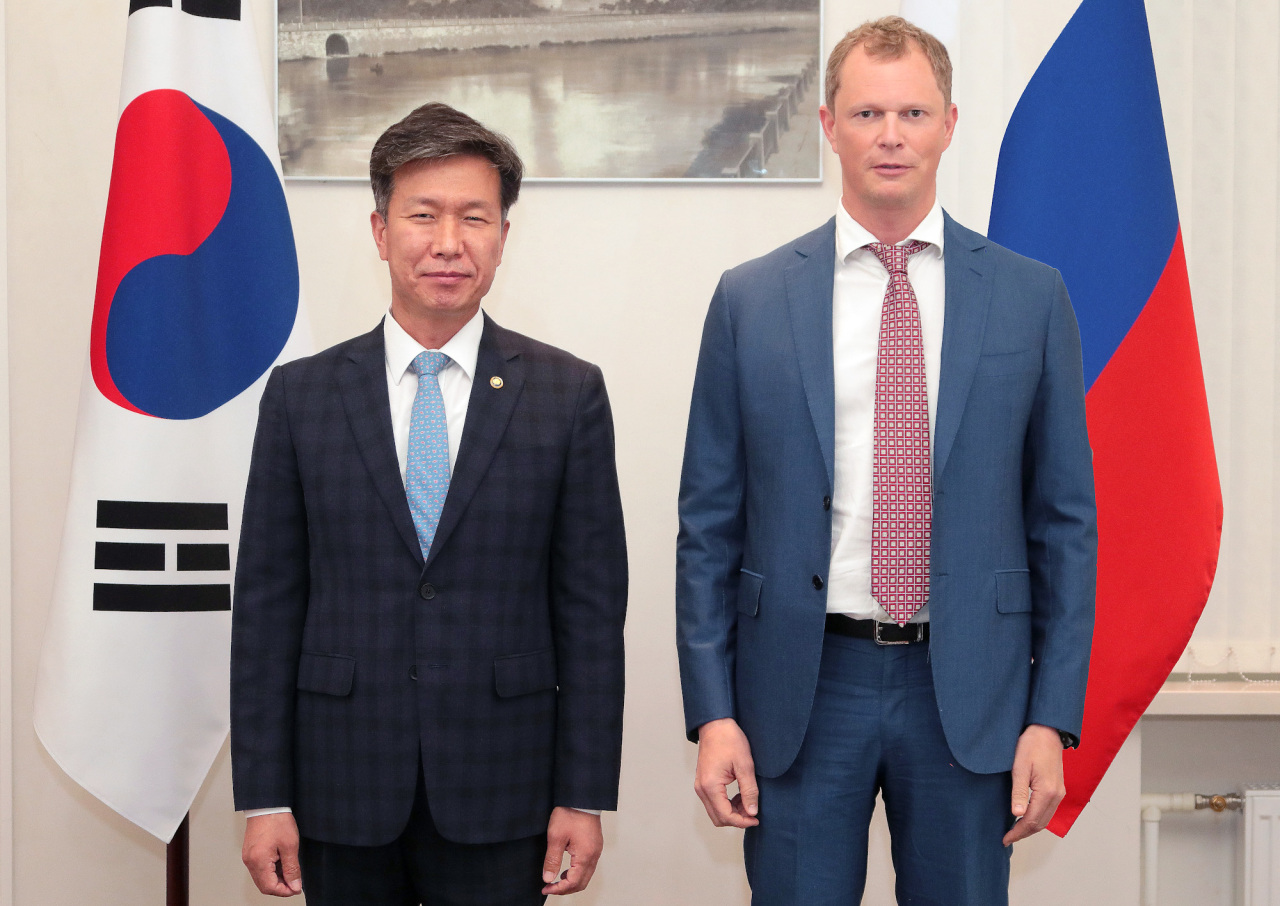 South Korea's National Tax Service Commissioner Kim Dae-ji (left) and Russia's Federal Tax Service Commissioner Daniil Egorov pose for a photo during their meeting in Moscow on Friday. (NTS)