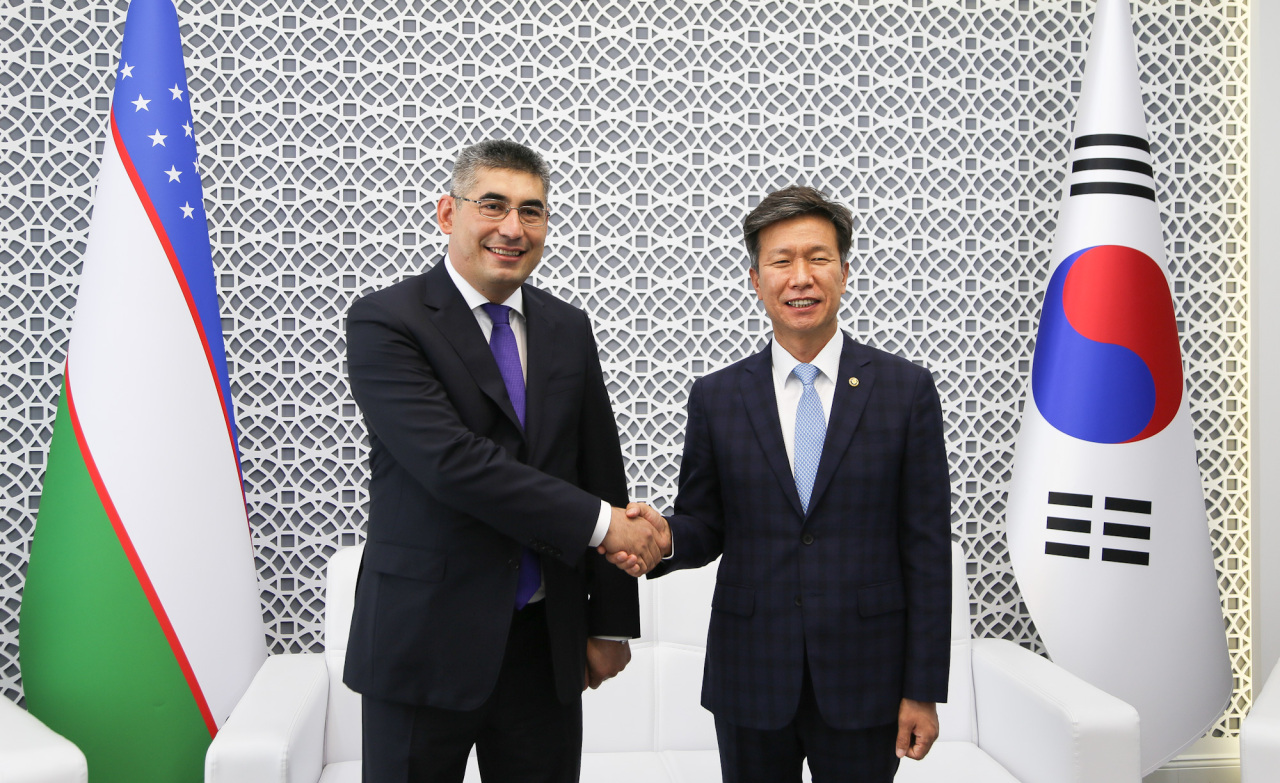 South Korea's National Tax Service Commissioner Kim Dae-ji (right) and Uzbekistan's State Tax Committee Chairman Sherzod Kudbiev pose for a photo during their meeting in Tashkent on Monday. (NTS)